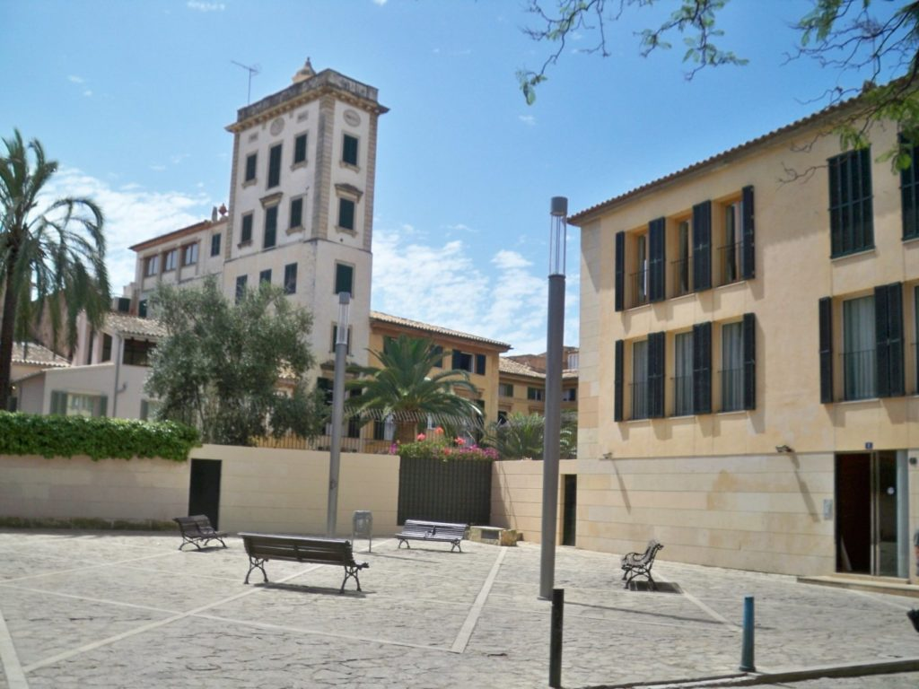 For rent 4 beds apartment in the heart of Old Town Palma, absolute privacy and tranquility
